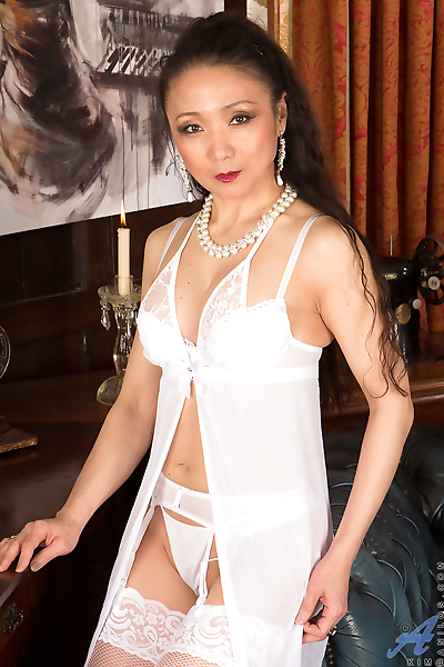 Older Asian MILF shows the..