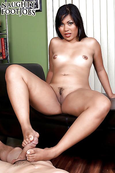 亚洲 小妞 与 伟大的 legs..