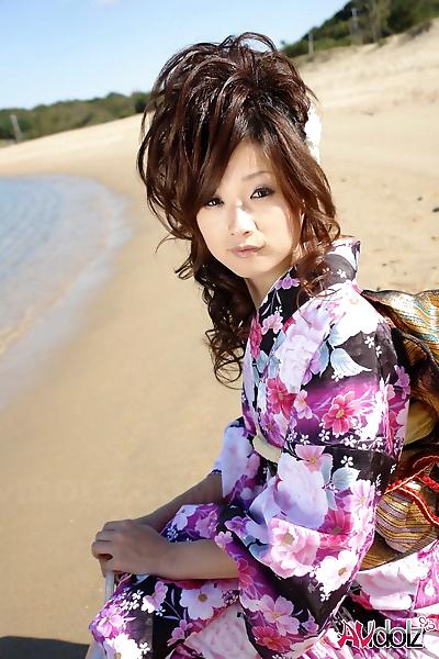 Asiatico modello Chiaki strolls..