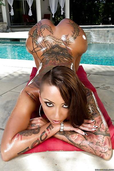 татуированные Азии Детка Белла Bellz демонстрирует ее идеальное Зад